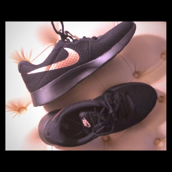 Nike Tanjun Sneaker black & rose gold